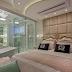 Quarto de casal aberto para o banheiro com banheira e decor clássico, neutro e dourado!