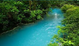 """نهر تركوازي برّاق اطلقو عليه اسم """"سيليستي"""" في كوستاريكا"""