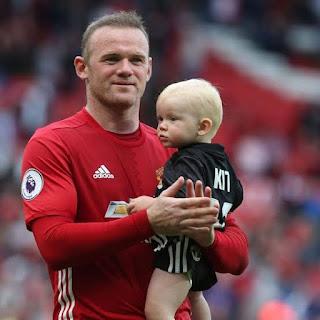 Rooney-gendong-anak