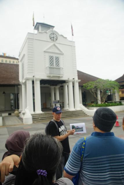 Paul Gerarts menjelaskan asal mula kebijakan hukum di Sarawak bermula saat Brooke memimpin