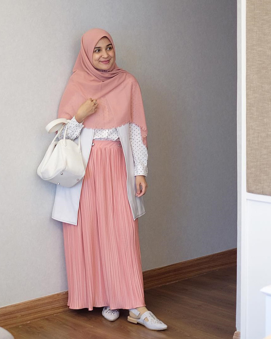 Shiren Sungkar rok rempel yang manis dan jilbab pink