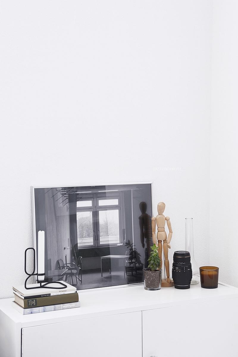 Kreative Ideen mit Fotopostern: Schwarz-Weiß-Fotografie von einem verlassenen Haus, auf dem Sideboard dekoriert im skandinavischen Stil