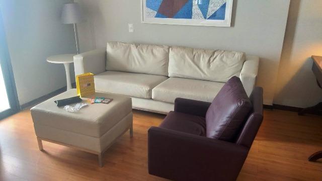 Sala de estar na suíte do Hotel Pestana Rio Atlântica