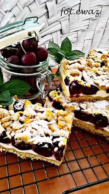 Dziś sobota więc ciasto na weekend musi być.  Ostatnio królują ciasta z sezonowymi owocami.