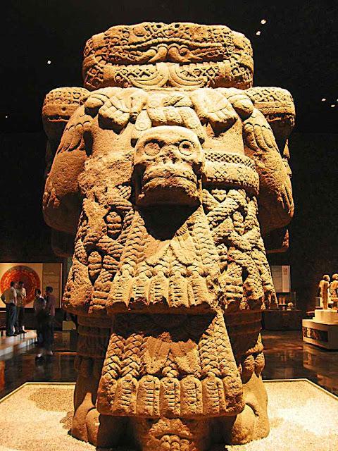 Idolo da deusa Coatlicue, a Pachamama asteca, museu no México. Nossa Senhora veio esmagar esse demônio.