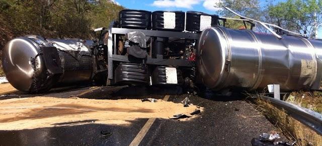 Colisão frontal entre um carro-pipa e bi-trem deixa três mortos na BR-020
