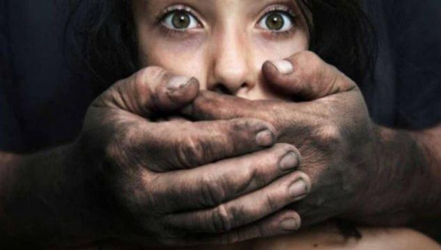 Ινδία: Δάσκαλοι βίασαν 12χρονο κορίτσι – Δίνει μάχη να κρατηθεί στη ζωή σε νοσοκομείο