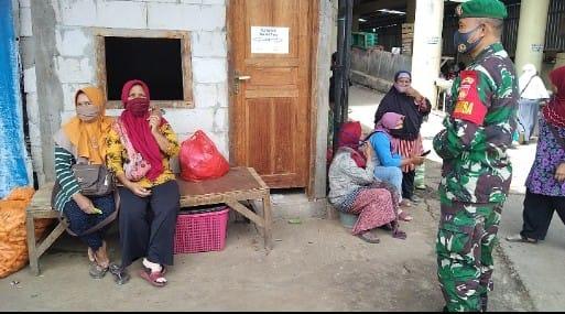 Babinsa Tawangmangu Ajak Masyarakat Tetap Patuhi Prokes