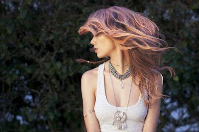 Linda chica con pelo rosa y precioso colgante