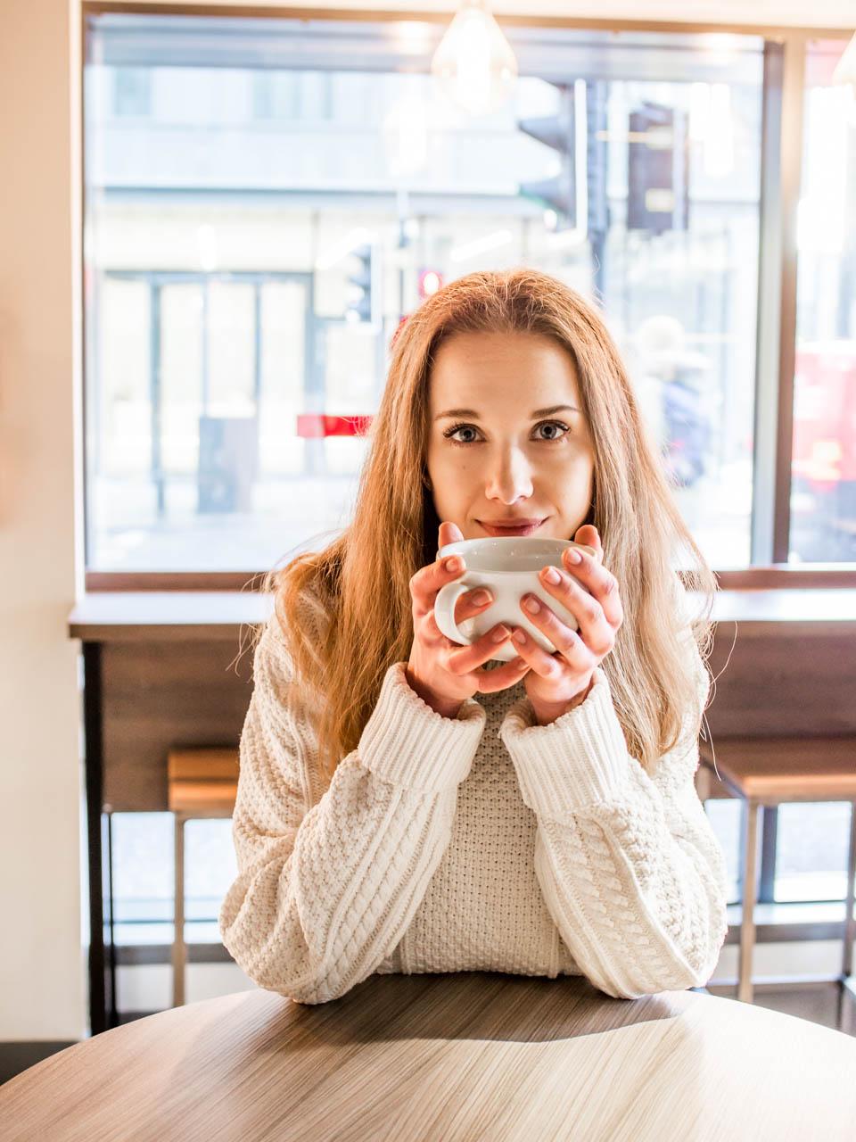 Woman drinking coffee - kahvi, kahvila, bloggaaja