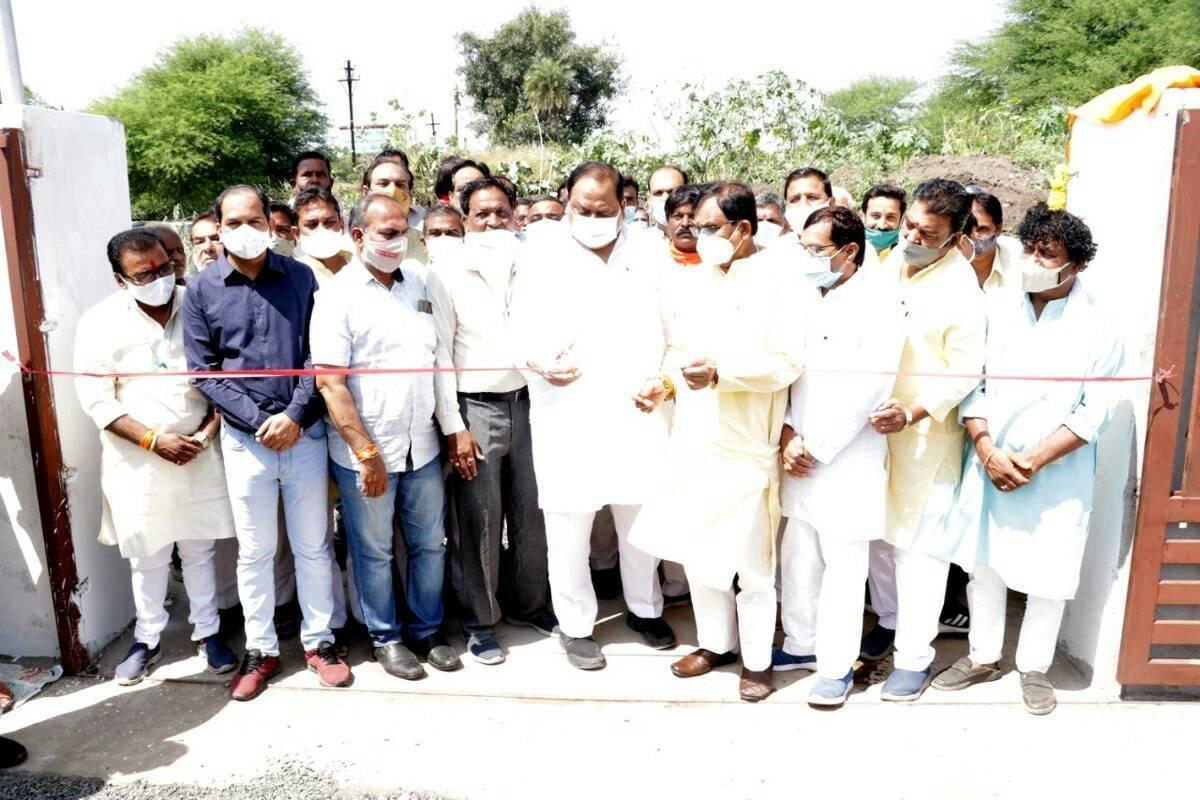 सांसद गुमानसिंह डामोर, विधायक काश्यप द्वारा अटल उद्यान का लोकार्पण किया गया
