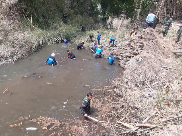Rumpun Bambu Tumbang, TNI Bersama Relawan Evakuasi
