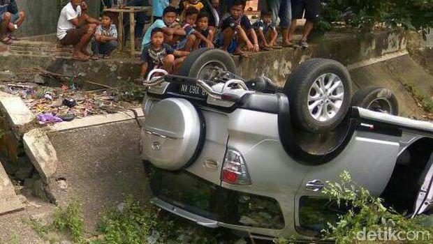 Mobil terjun ke dalam Saluran Irigasi hingga akhirnya Badan Mobil Terbalik