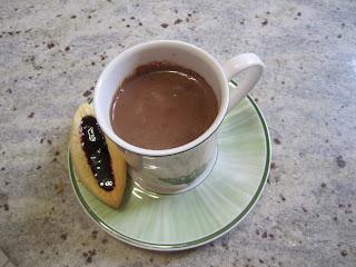 chocolat chaud onctueux fait avec 2 ingrédients dans une tasse accompagné d'une barquette à la confiture maison