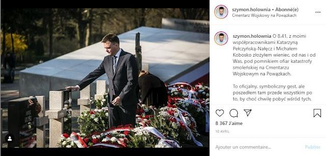 Szymon Hołownia, w geście hołdu dotyka nagrobka jednej z ofuar katastrofy smoleńskiej