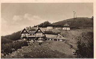 """Pałacyk myśliwski księżnej Daisy na zboczu Waligóry; powyżej pałacyku budynek gospodarczy (""""owczarnia"""")"""