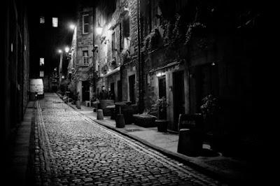 Calle adoquinada por la noche