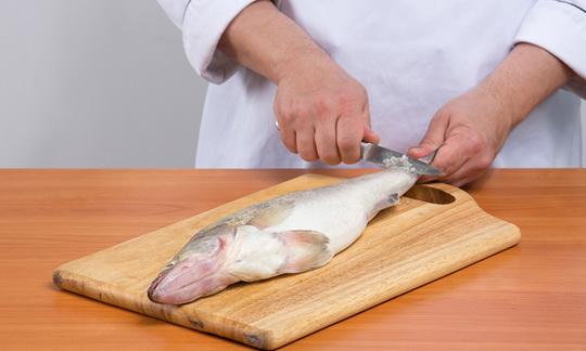 Чистят рыбу против чешуи, от хвоста к голове