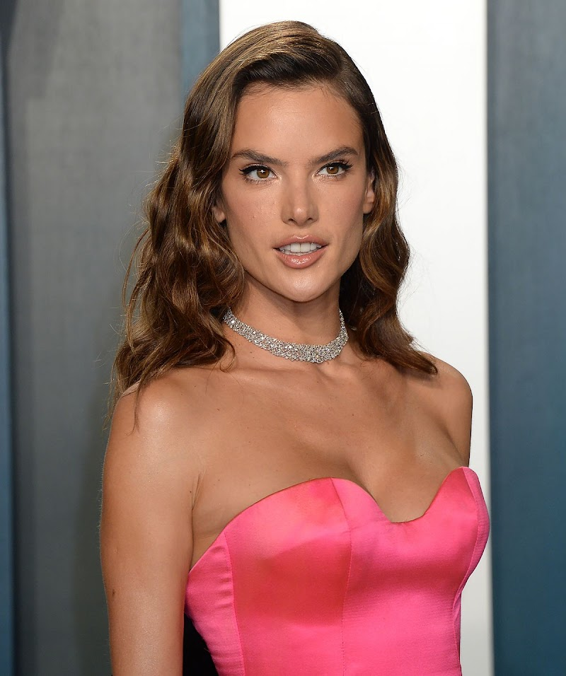 Alessandra Ambrosio Clicks at 2020 Vanity Fair Oscar Party in Beverly Hills 9 Feb-2020