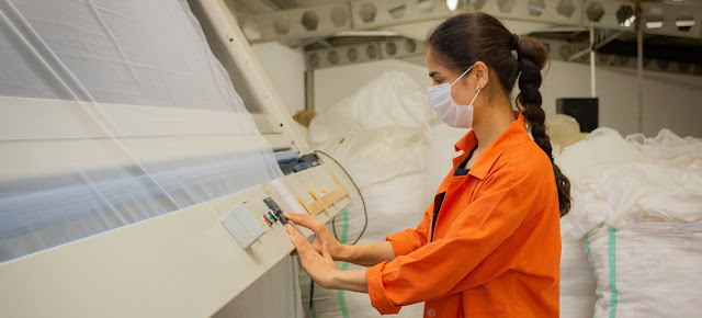 Una mujer utiliza mascarilla mientras trabaja en Turquía.ILO/Kivanc Ozvarda