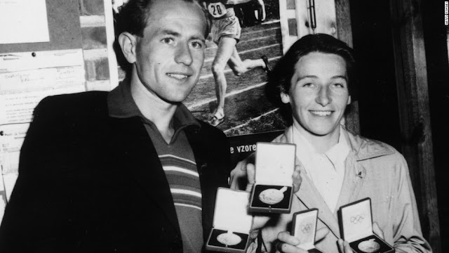 Emil Zátopek e Dana Zátopková mostram as medalhas de ouro