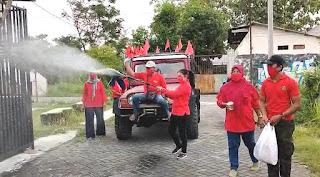 Gerakkan Gotong Royong, PDI Perjuangan Kota Mojokerto Semprot Permukiman Warga dengan Disinfektan