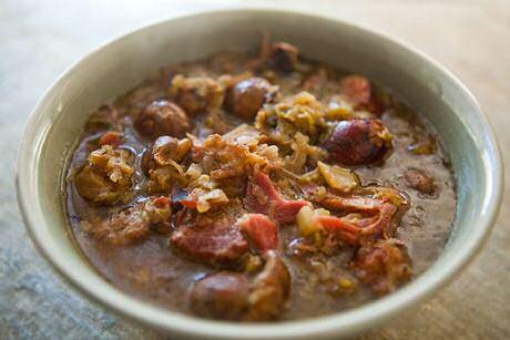 Bigos is een poolse jagers stoofpot met woudpaddestoelen, vlees naar wens en zuurkool