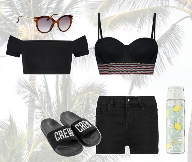 Zomer outfit met zwarte push up bikini spijkerbroekje en slippers all black look strand beach kleding inspiratie blog