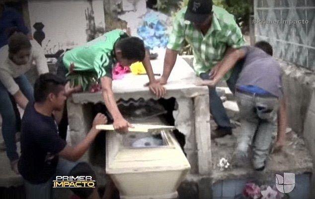 Новорожденную похоронили заживо по совету священника