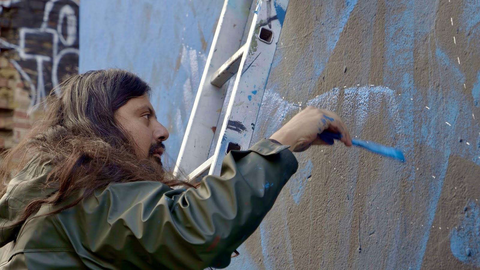 Saido Dokins realiza su caligrafía en mural de Londres