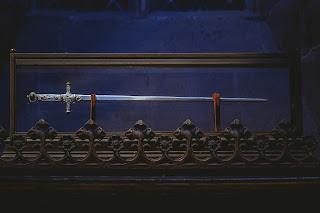 En nuestra orden masónica la espada flamígera es la representación simbólica del honor, del poder y de la autoridad que ostenta el venerable maestro de una logia masónica.