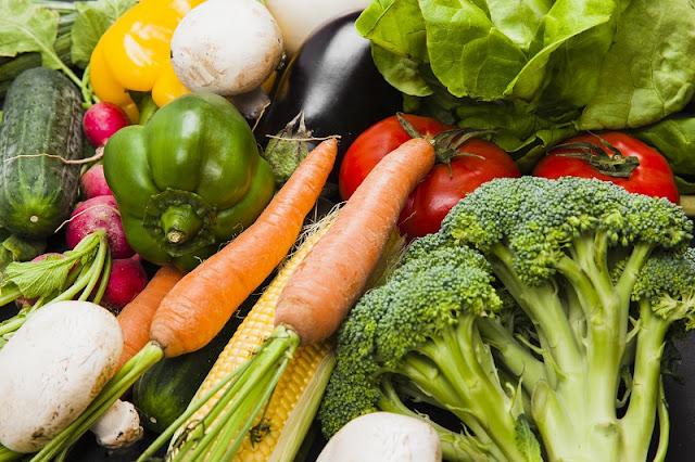 cómo se debe alimentar a los adultos mayores para que estén saludables