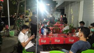 Ops Yustisi, Polres Pelabuhan Bersama TNI Beri Imbauan Prokes di Kafe dan Warkop