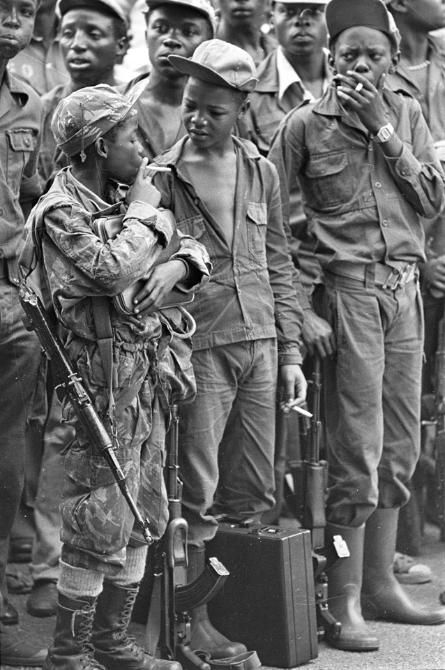 40 Amazing Historical Pictures - Child soldiers taking a smoke break, Angola (1976).