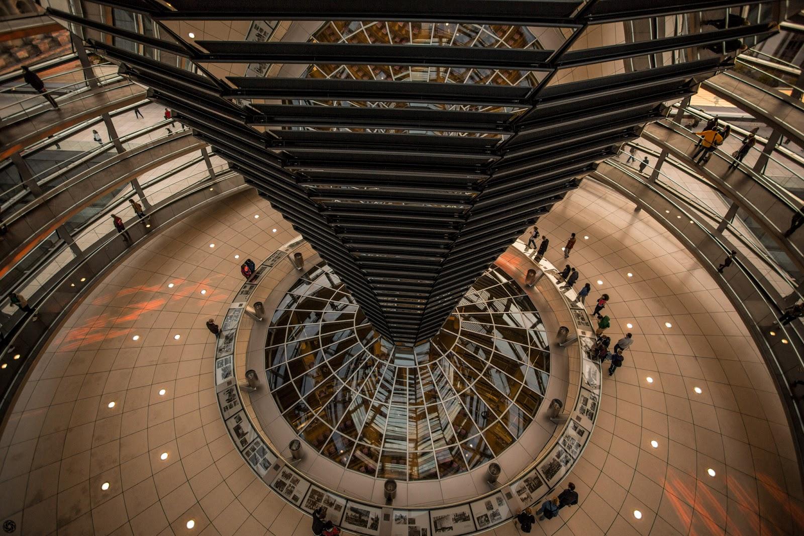 El tronco/chimenea de espejos sobre la cámara del Bundestag :: Canon EOS5D MkIII | ISO800 | Canon17-40 @17mm | f/4.0 | 1/320s