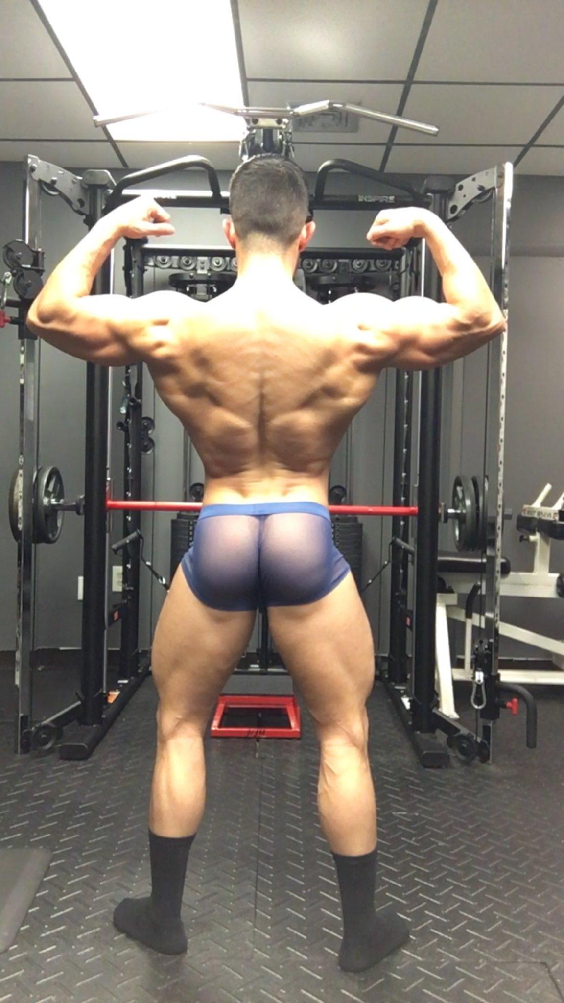 en el gym hombre en calzoncillos