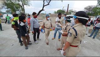 जरूरतमंद लोगों की भूख मिटाने के लिए पुलिस ने बढ़ाए हाथ, सिंधु सेना ने दिया साथ