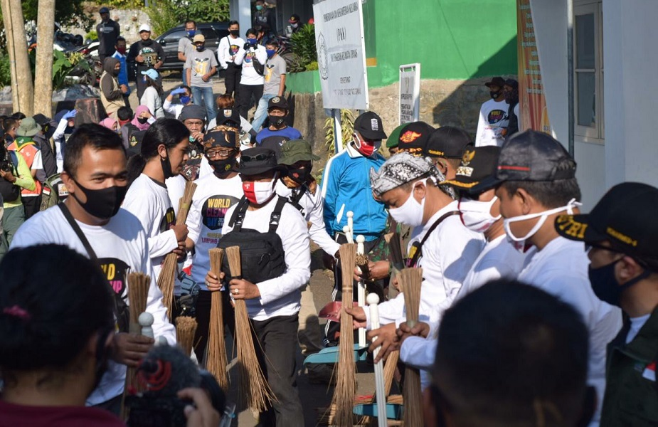 Warga Desa Sindanglaya Adakan Word Clean Up Day
