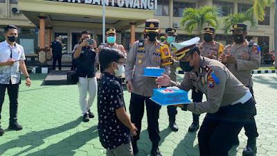 Pernak Pernik HUT ke-66 Lalulintas Polresta Banyuwangi, Mendapatkan  Kado dari Abigail Bocah Pengidola Polisi