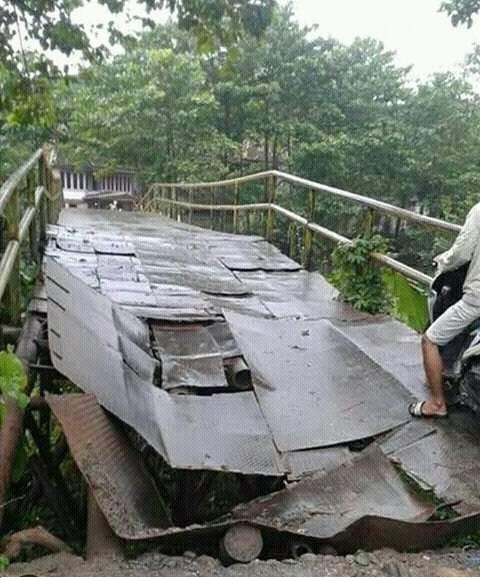 Lantai Jembatan Antar Kecamatan Ambruk Akses Jalan Terisolir