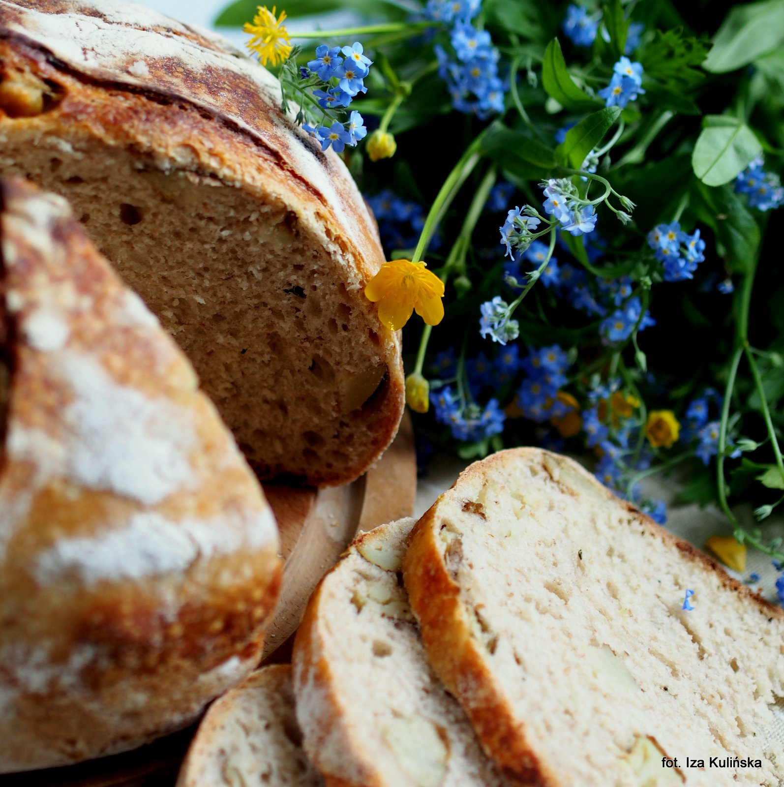 Domowe pieczywo. Chleb z pieczonymi ziemniakami i rozmarynem.