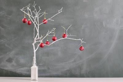 lindas ideias para fazer árvores de natal utilizando galhos secos.