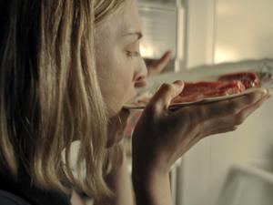 Lauren Beatty comiendo carne cruda