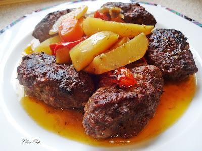 Πιάτο με κεφτέδες φούρνου αφράτους και καλοψημένους και πατάτες