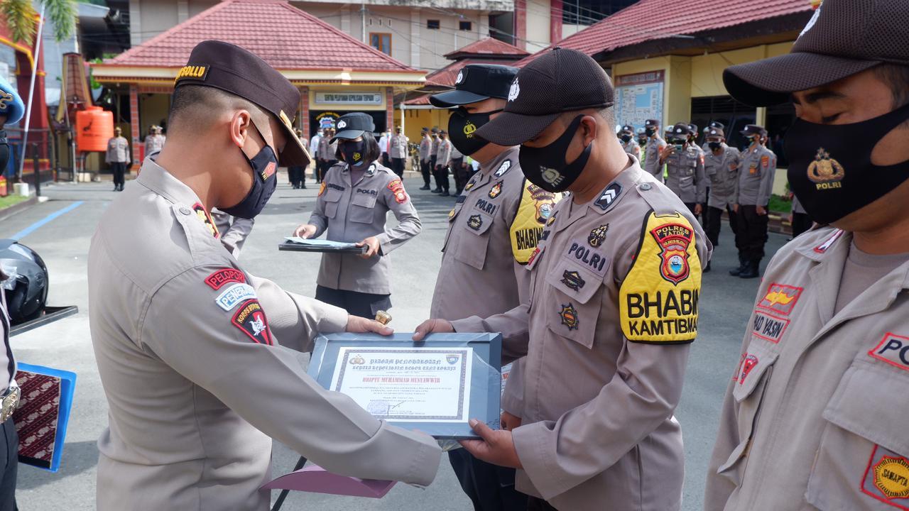 Maksimal Memberikan Pengabdian  2 Bhabinkamtibmas mendapatkan Penghargaan Kapolres Tator