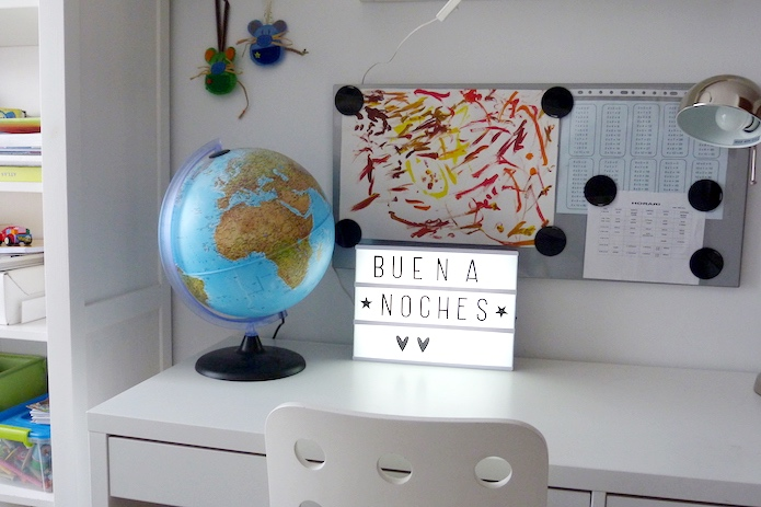 escritorio de niños, light box y panel imantado