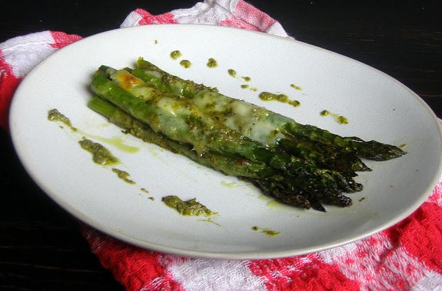 szparagi+z+pesto1 Szparagi pieczone z pesto i mozzarellą