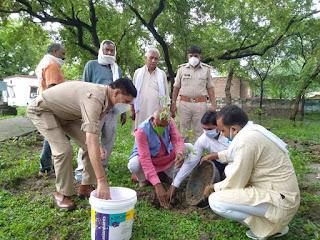 विधायक कालपी द्वारा थाना कदौरा पुलिस के साथ वृक्षारोपण करने हेतु प्रेरित किया                                                                                                                                                      संवाददाता, Journalist Anil Prabhakar.                                                                                               www.upviral24.in