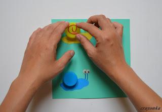 przyklejanie plasteliny na muszle ślimaków