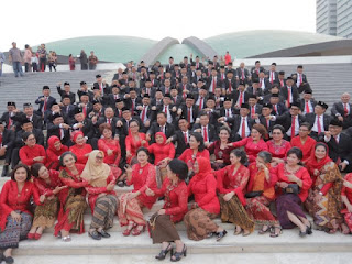 Kompak Pakai Kebaya Merah saat Pelantikan, Para Anggota PDIP Dikritik